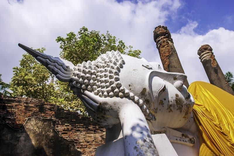 Ναός Yai Chai Mongkhon Wat στο ιστορικό πάρκο Si Ayutthaya Phra Nakhon με ένα άσπρο άγαλμα του Βούδα που καλύπτεται με μια κίτριν στοκ εικόνες