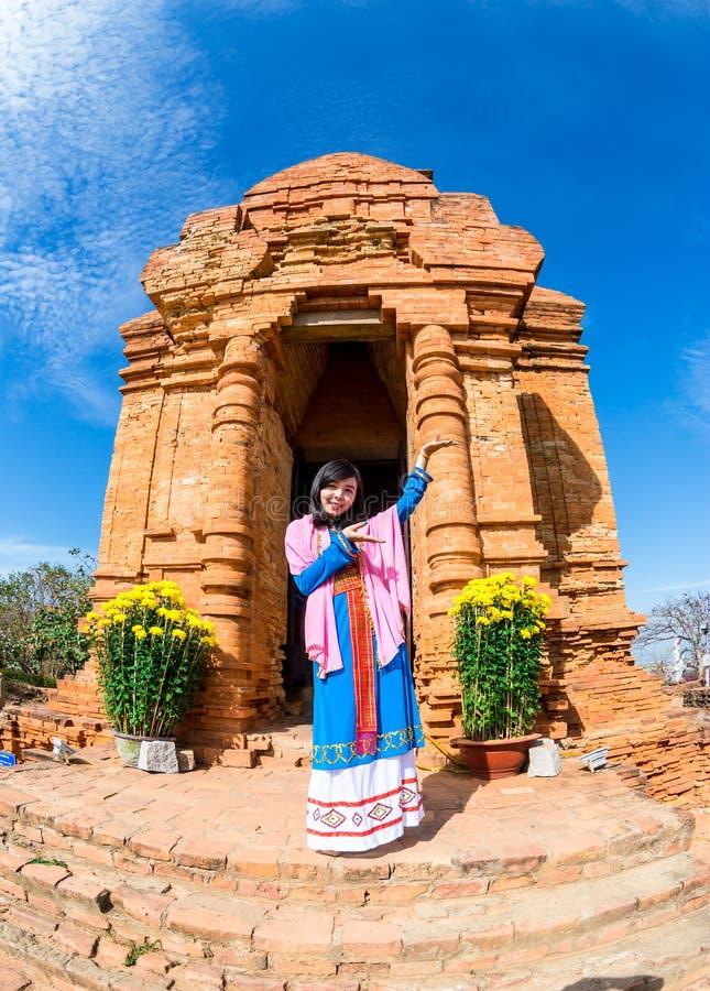 ΝΑΌΣ CHAM, PHAN THIET, ΒΙΕΤΝΆΜ - 20 Φεβρουαρίου 2015 - όμορφα κορίτσια Cham που εκτελούν τους παραδοσιακούς καλωσορίζοντας επισκέ στοκ φωτογραφία με δικαίωμα ελεύθερης χρήσης