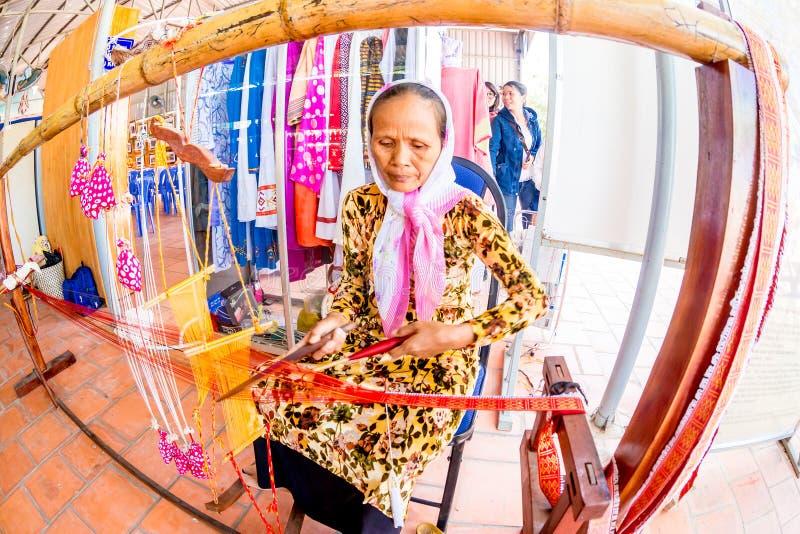 ΝΑΌΣ CHAM, PHANRANG, ΒΙΕΤΝΆΜ - 20 Φεβρουαρίου 2015 - μια εθνική γυναίκα που υφαίνει το διακοσμητικό μαντίλι στοκ εικόνες με δικαίωμα ελεύθερης χρήσης