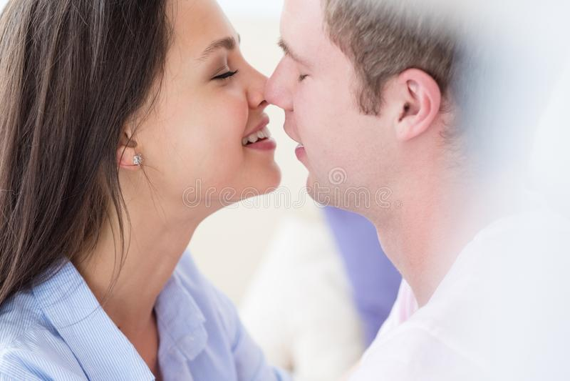 Να αγκαλιάσει στοργικά αγκαλιάς γυναικών ανδρών οικειότητας ζεύγους στοκ φωτογραφία με δικαίωμα ελεύθερης χρήσης