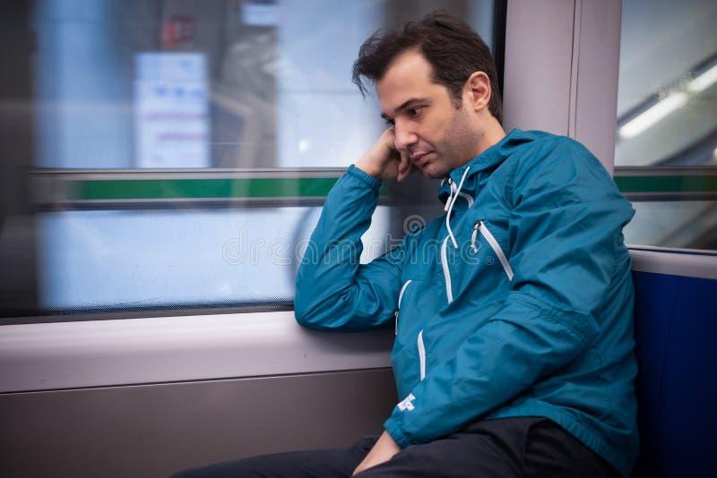 Να αισθανθεί μόνο κατά τη διάρκεια του ταξιδιού στο μετρό υπόγεια στοκ φωτογραφία με δικαίωμα ελεύθερης χρήσης
