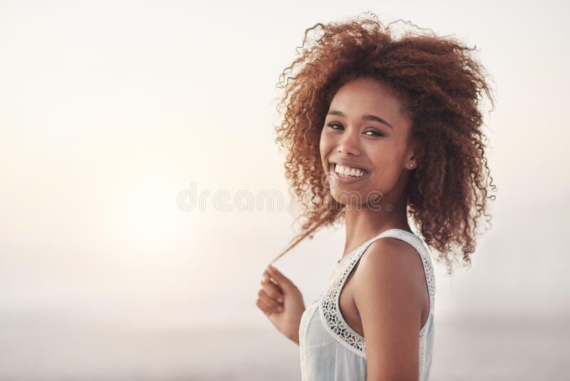 Να λαμπρύνει επάνω το ηλιοβασίλεμα με το χαμόγελό της στοκ φωτογραφία με δικαίωμα ελεύθερης χρήσης