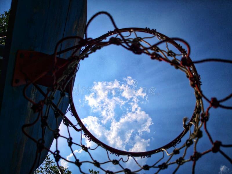 Να ανατρέξει πέρασμα μέσω της στεφάνης καλαθοσφαίρισης και καθαρός στον ουρανό στοκ φωτογραφία με δικαίωμα ελεύθερης χρήσης