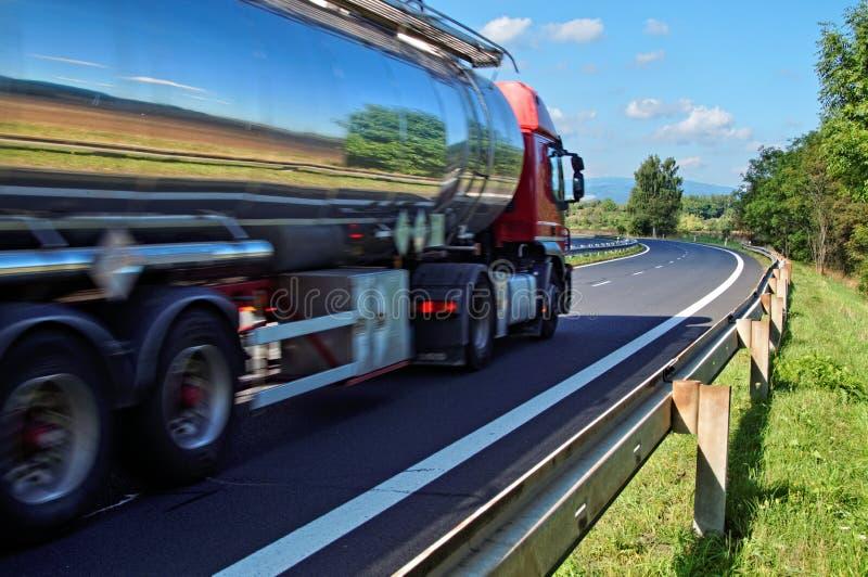 Να αντανακλάσει το φορτηγό δεξαμενών χρωμίου τοπίων στοκ φωτογραφία με δικαίωμα ελεύθερης χρήσης