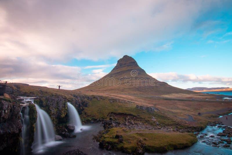 Να απολαύσει τον καταρράκτη και το βουνό φύσης της Ισλανδίας kirkjufell πλησίον στοκ εικόνες με δικαίωμα ελεύθερης χρήσης