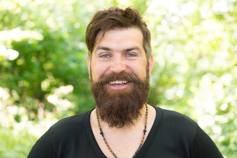 Να βασανίσει κουρέων για την τρίχα του Γενειοφόρο άτομο με τη διαμορφωμένη γενειάδα και mustache τρίχα που χαμογελά πρίν ή μετά α στοκ εικόνα