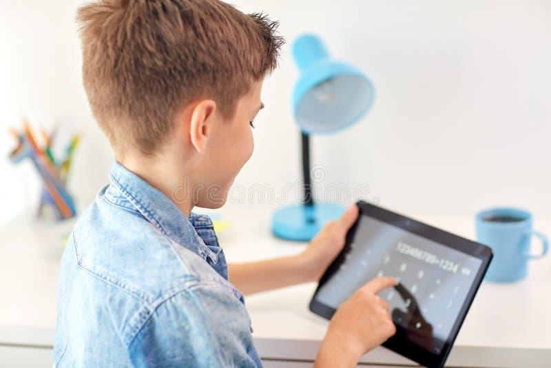 Να βασιστεί αγοριών σπουδαστών στον υπολογιστή PC ταμπλετών στοκ φωτογραφίες