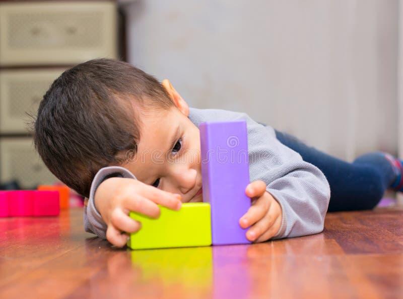 Να βρεθεί και παιχνίδια αγοριών με τα ειδώλια στοκ φωτογραφίες