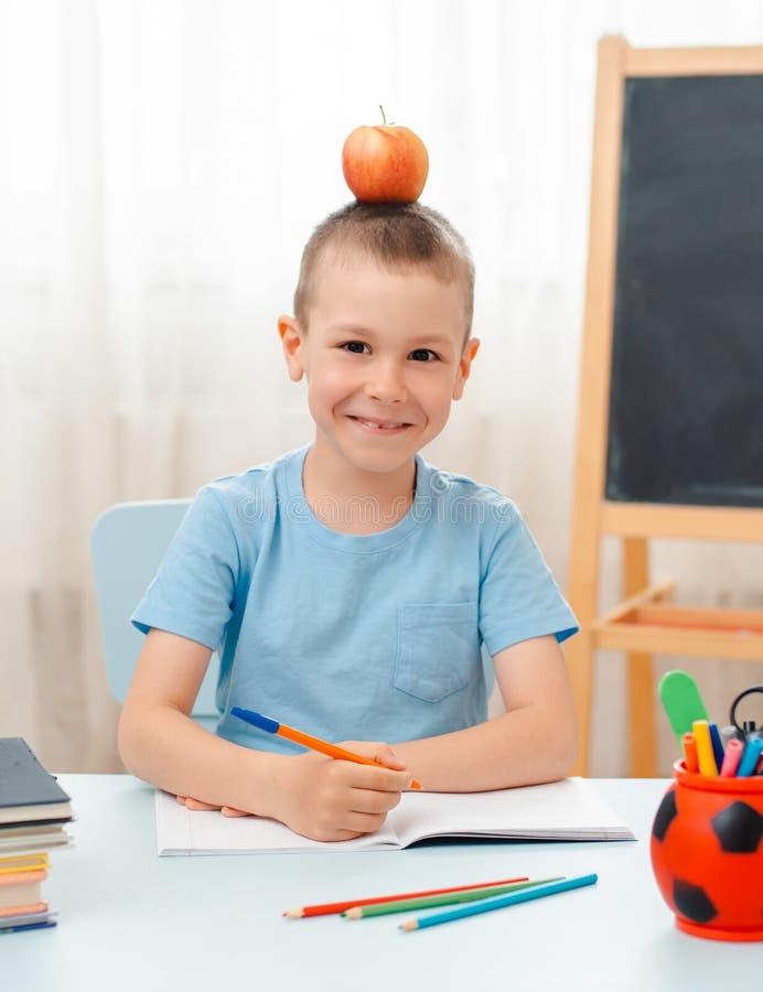 Να βρεθεί τάξεων συνεδρίασης σχολικών αγοριών στο σπίτι γραφείο που γεμίζουν με το μαθητή εκπαιδευτικού υλικού βιβλίων οκνηρό που στοκ εικόνα με δικαίωμα ελεύθερης χρήσης