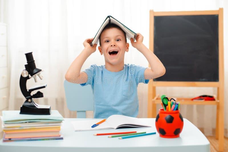 Να βρεθεί τάξεων συνεδρίασης σχολικών αγοριών στο σπίτι γραφείο που γεμίζουν με το μαθητή εκπαιδευτικού υλικού βιβλίων οκνηρό που στοκ εικόνες με δικαίωμα ελεύθερης χρήσης