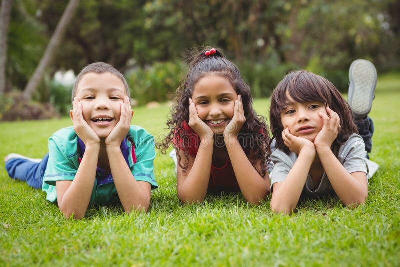 να βρεθεί χλόης παιδιών στοκ φωτογραφίες