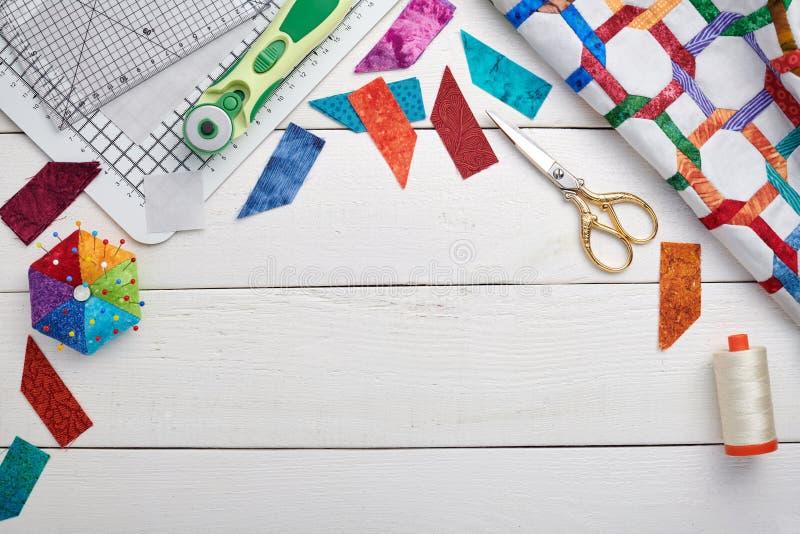Να γεμίσει και ράβοντας εξαρτήματα, τεμάχιο και λεπτομέρειες του παπλώματος, διάστημα για το κείμενο στοκ φωτογραφία με δικαίωμα ελεύθερης χρήσης