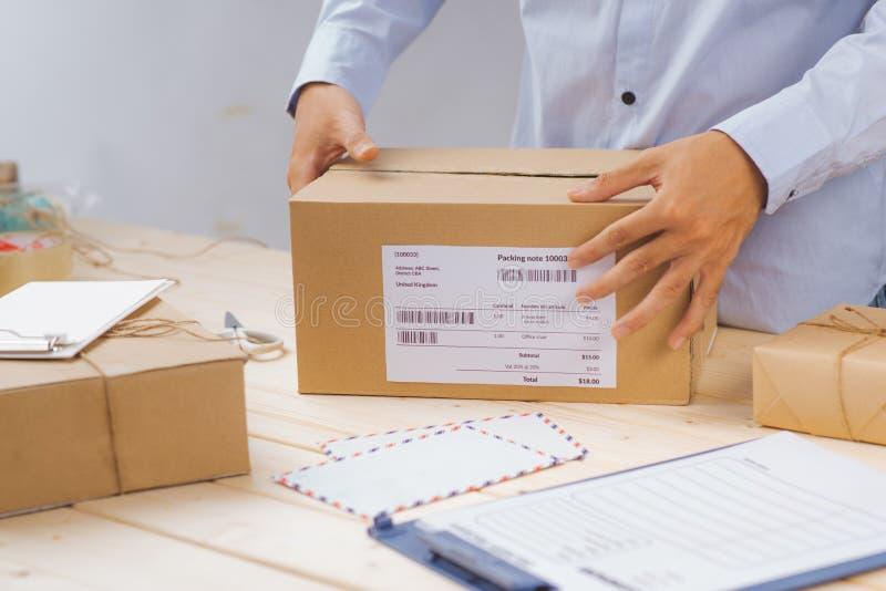 Να δέσει με ταινία Deliveryman και κουτί από χαρτόνι συσκευασίας για την παράδοση στοκ φωτογραφία με δικαίωμα ελεύθερης χρήσης