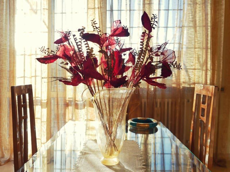 Να δειπνήσει επιτραπέζιο εσωτερικό φυσικό φως γυαλιού στοκ φωτογραφία με δικαίωμα ελεύθερης χρήσης