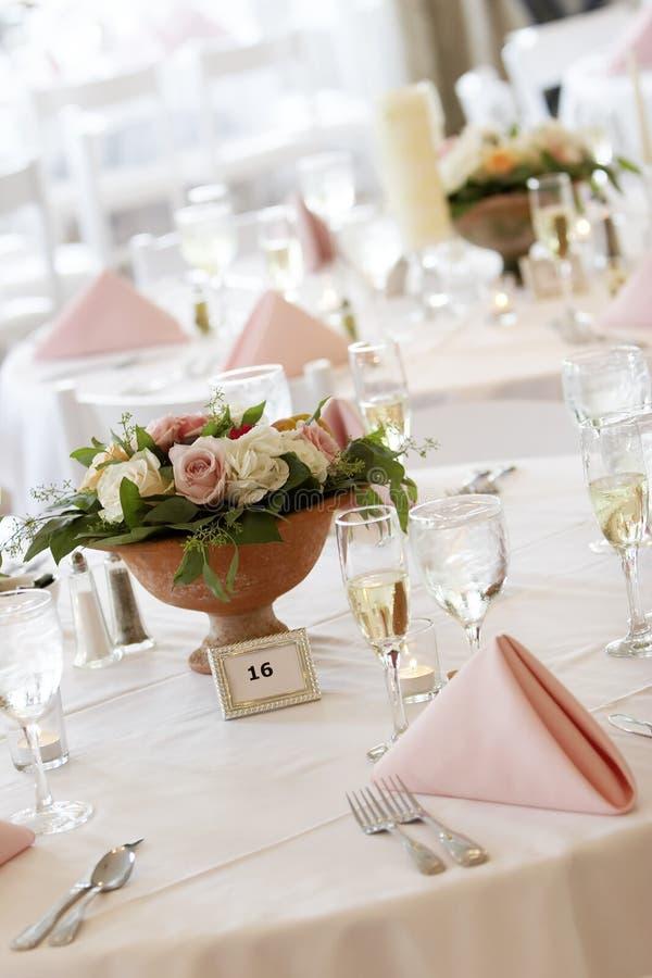 να δειπνήσει λεπτός καθορισμένος επιτραπέζιος γάμος στοκ φωτογραφίες με δικαίωμα ελεύθερης χρήσης