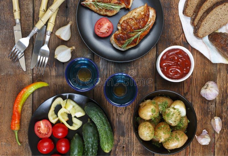 Να δειπνήσει πίνακας με τα διάφορα πρόχειρα φαγητά και τα πιάτα, τοπ άποψη Η έννοια των αυθεντικών τροφίμων, εγχώριο μαγείρεμα στοκ φωτογραφία με δικαίωμα ελεύθερης χρήσης
