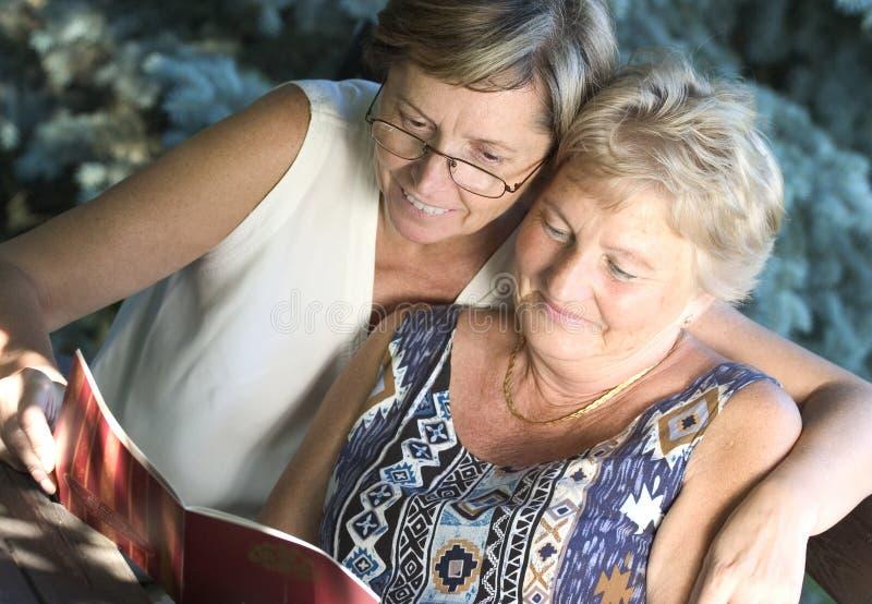 να διαβάσει από κοινού στοκ φωτογραφία με δικαίωμα ελεύθερης χρήσης