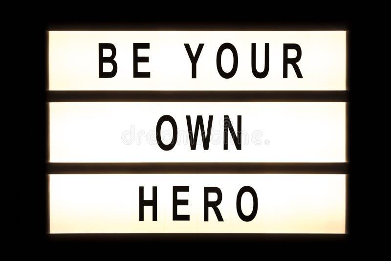 Να είστε ο ήρωας σας που κρεμά το ελαφρύ κιβώτιο στοκ φωτογραφία με δικαίωμα ελεύθερης χρήσης