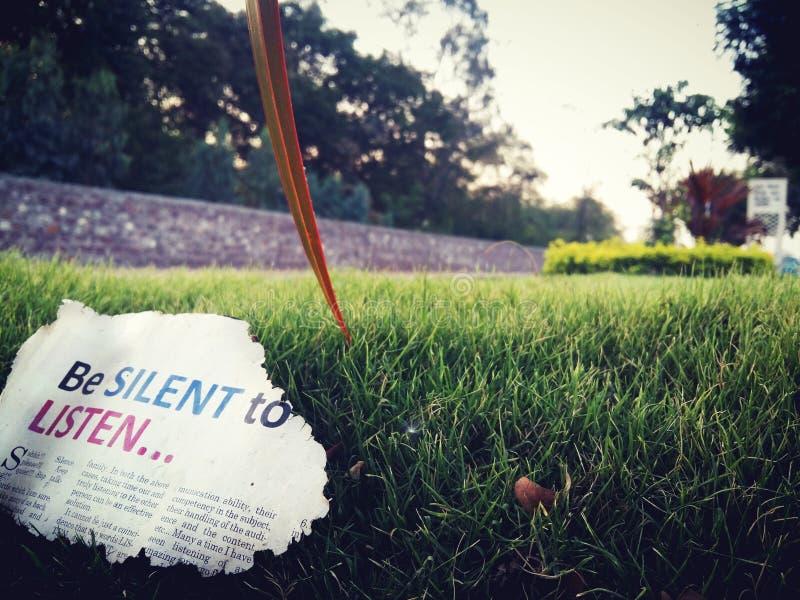 Να είστε σιωπηλός για να ακούσει τι λέει στοκ φωτογραφίες