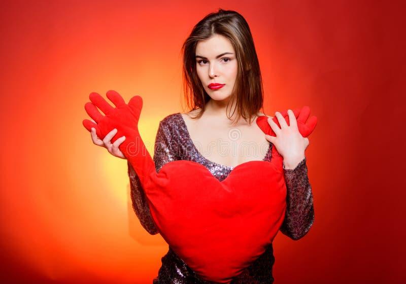 Να είστε υπομονετικός Ρομαντικός χαιρετισμός να είστε ο βαλεντίνος μο& Αισθησιακό κορίτσι με τη διακοσμητική καρδιά Προκλητική γυ στοκ εικόνες