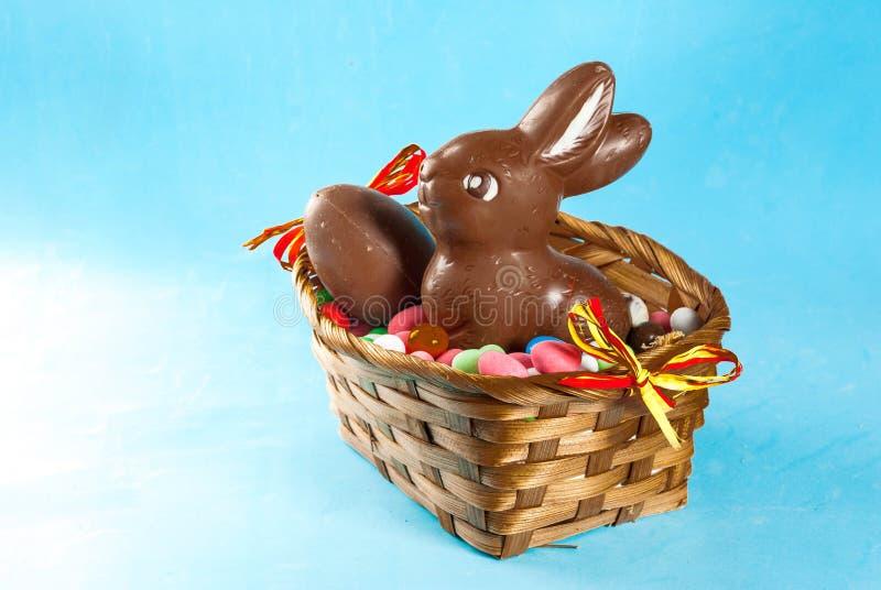 να είστε bunny cadbury βιομηχανία ζαχαρωδών προϊόντων επιχειρήσεων σοκολάτας που τα οφειλόμενα πρώιμα αυγά Πάσχας που χτυπιούνται στοκ φωτογραφία με δικαίωμα ελεύθερης χρήσης