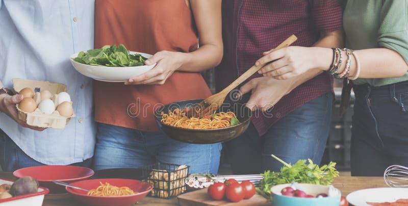 Να δειπνήσει μαγειρέματος κουζινών φίλων έννοια ενότητας στοκ εικόνα