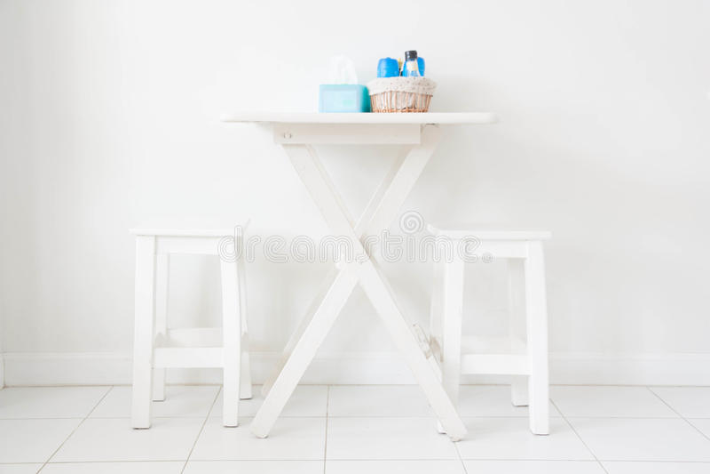 Να δειπνήσει πίνακας και καρέκλα στοκ φωτογραφία