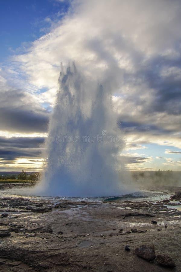 Να εκραγεί Geysir Strokkur στη νοτιοδυτική Ισλανδία, Ευρώπη στοκ εικόνες