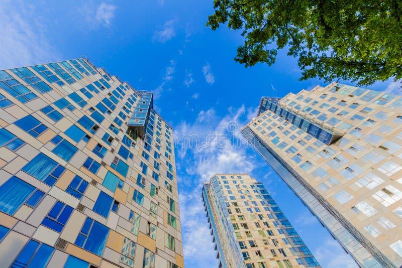 Να εξετάσει επάνω το ψηλό κατοικημένο κτήριο στοκ φωτογραφία