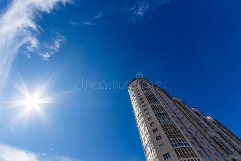 Να εξετάσει επάνω το ψηλό κατοικημένο κτήριο στοκ φωτογραφία με δικαίωμα ελεύθερης χρήσης
