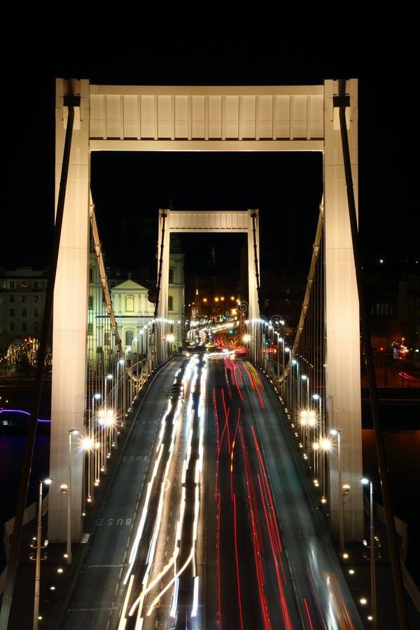 Να εξισώσει τα ελαφριά ίχνη στη γέφυρα της Elisabeth πέρα από Δούναβη Βουδαπέστη στοκ εικόνες
