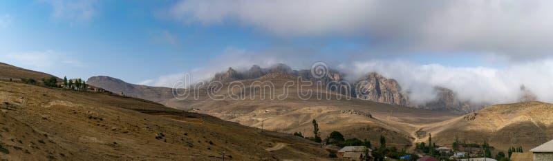 Να εξισώσει την πανοραμική άποψη του υποστηρίγματος Talysh Ορεινό χωριό Καταπληκτικός ουρανός αυγής πέρα από τα misty βουνά Αζερμ στοκ εικόνες