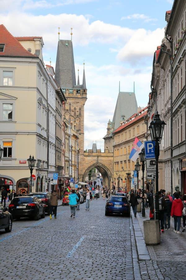Να εξισώσει τον περίπατο στις παλαιές οδούς πόλεων στοκ εικόνες