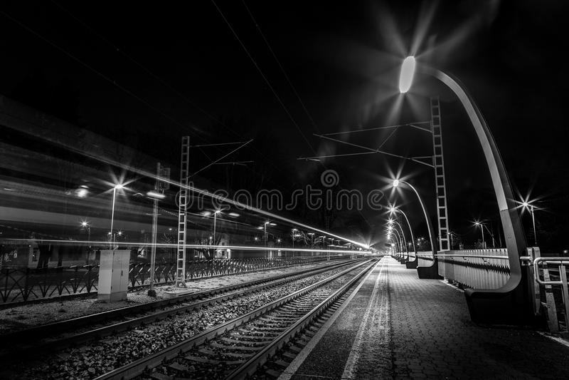 Να εξισώσει το τραίνο που περνά το σταθμό τρένου στοκ εικόνα με δικαίωμα ελεύθερης χρήσης