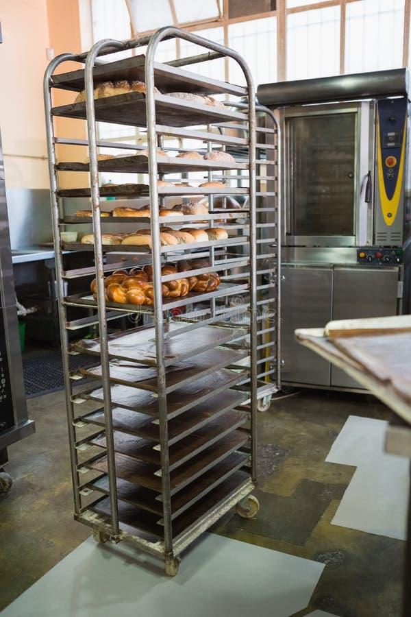 Να εξυπηρετήσει την οικοδόμηση με το ράφι των φρέσκων ψωμιών στοκ εικόνες με δικαίωμα ελεύθερης χρήσης
