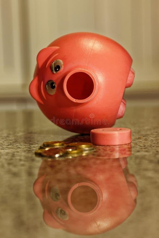 Να επιτεθεί τη piggy τράπεζα, ανοικτή piggy τράπεζα με τα χρήματα από το στοκ εικόνες με δικαίωμα ελεύθερης χρήσης