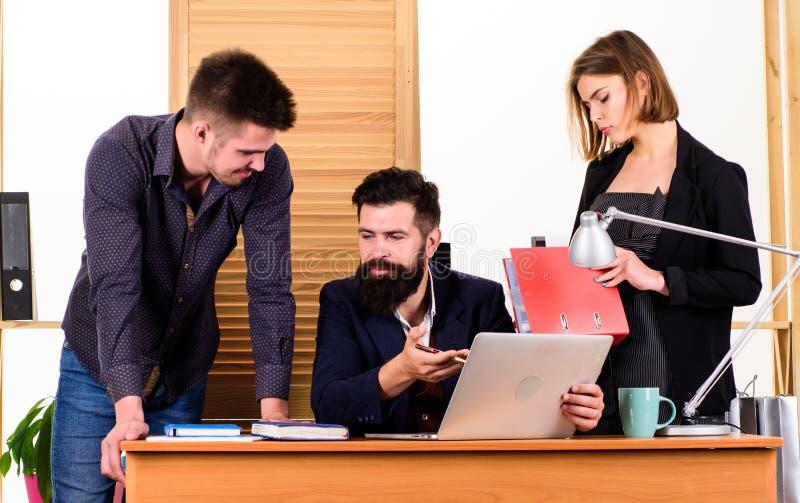 Να εργαστεί από κοινού r business businessman cmputer desk laptop meeting smiling talking to using woman Θηλυκή μικρή μειονότητα  στοκ φωτογραφία με δικαίωμα ελεύθερης χρήσης