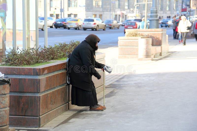 να ικετεύσει τη ηλικιωμένη γυναίκα στοκ εικόνα με δικαίωμα ελεύθερης χρήσης