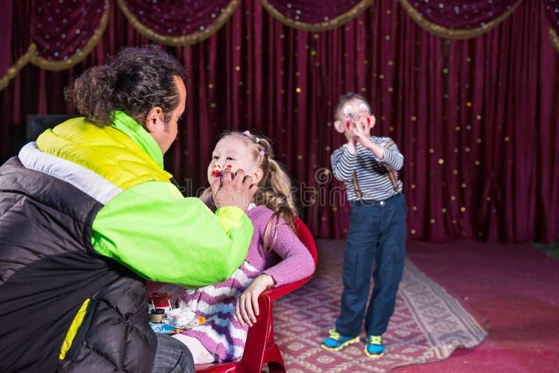 Να ισχύσει ατόμων αποτελεί στο πρόσωπο του κοριτσιού στη σκηνή στοκ εικόνες
