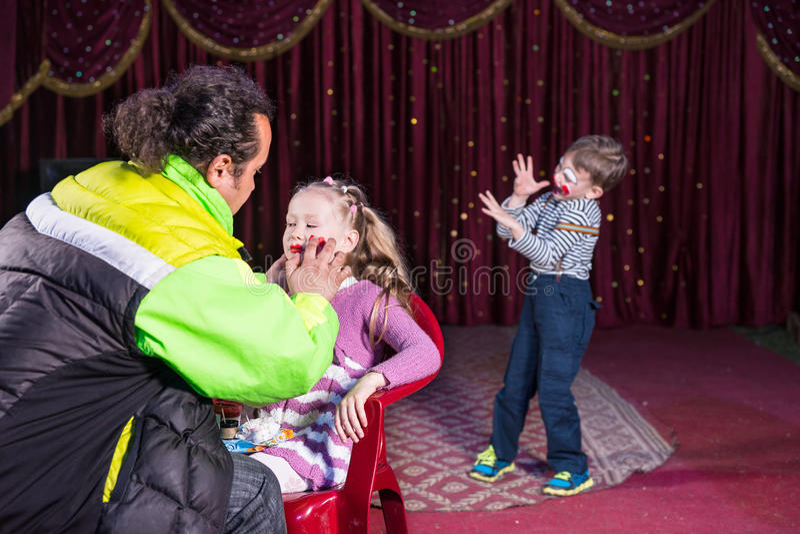 Να ισχύσει ατόμων αποτελεί στο πρόσωπο του κοριτσιού στη σκηνή στοκ φωτογραφίες με δικαίωμα ελεύθερης χρήσης