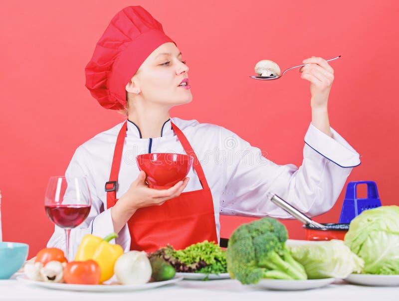 Να κάνει δίαιτα έννοια Φάτε υγιή Υγιές δελτίο τροφίμων Το καπέλο και η ποδιά ένδυσης κοριτσιών δοκιμάζουν το γούστο μανιταριών Επ στοκ φωτογραφίες