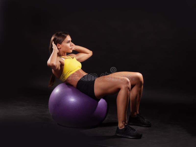Να κάνει ικανότητας θηλυκή άσκηση ABS στο fitball στοκ εικόνα
