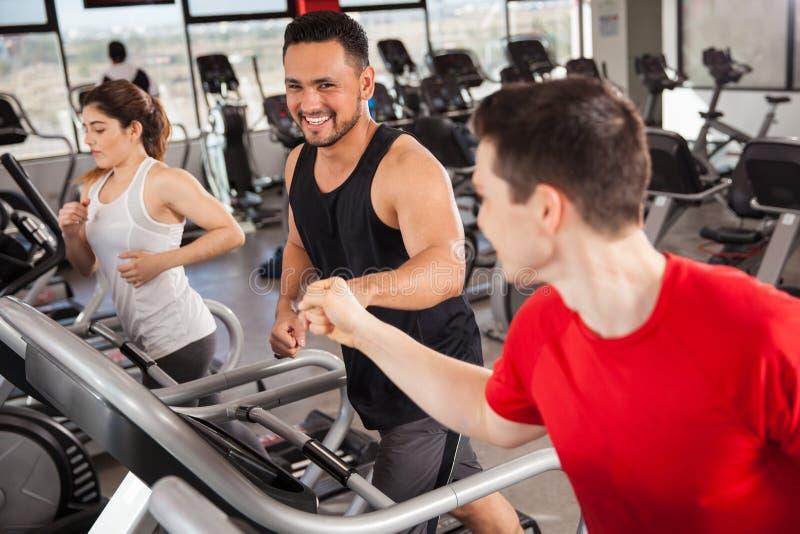 Να κάνει καλύτερων φίλων καρδιο σε μια γυμναστική στοκ εικόνες