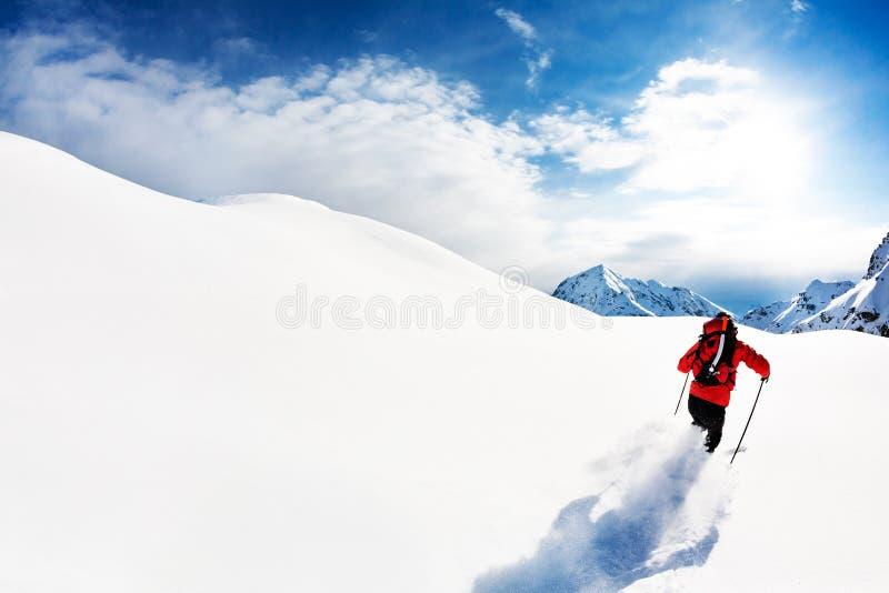 Να κάνει σκι: αρσενικός σκιέρ στο χιόνι σκονών στοκ φωτογραφίες