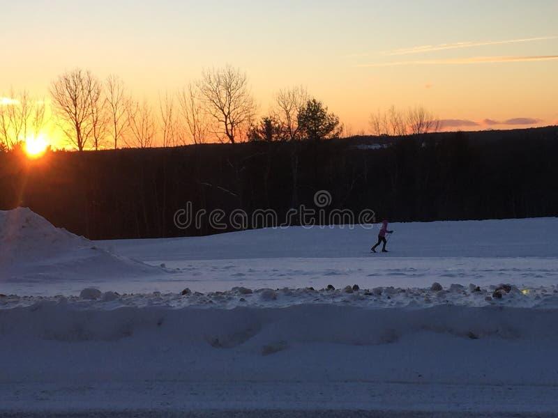 Να κάνει σκι στο ηλιοβασίλεμα στοκ εικόνα