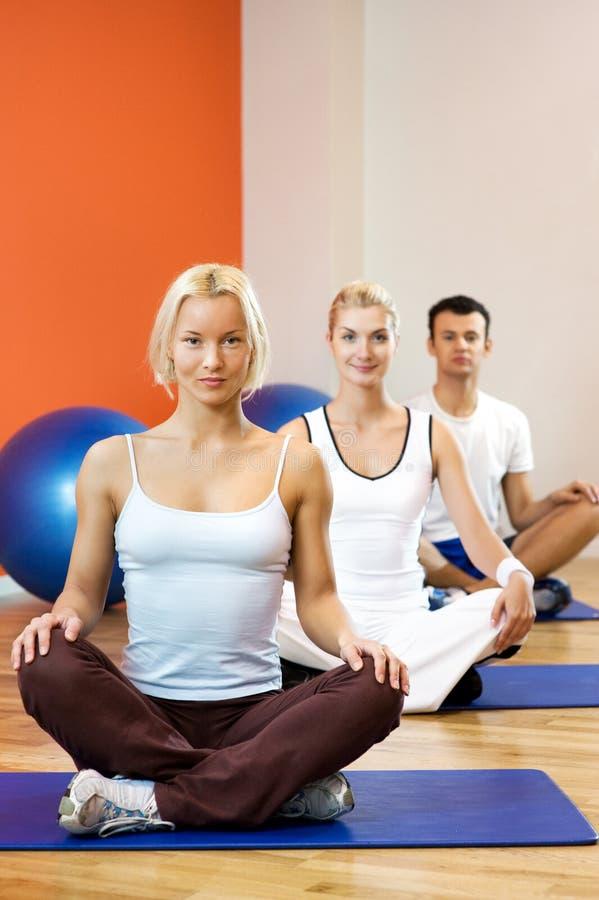 να κάνει τη γιόγκα ανθρώπων άσκησης στοκ φωτογραφία