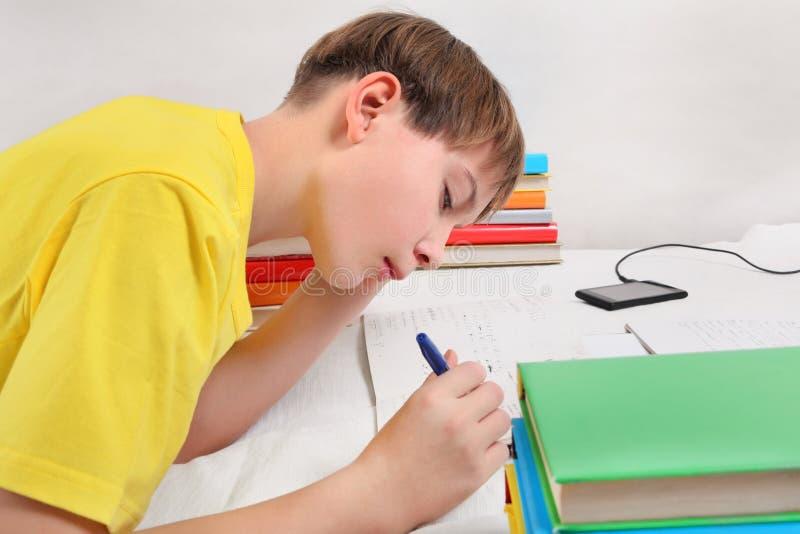 να κάνει τον έφηβο εργασία& στοκ εικόνα