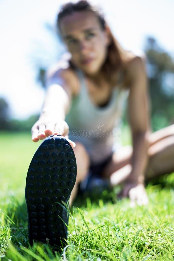 να κάνει το κορίτσι άσκηση&s στοκ φωτογραφία