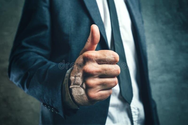 Να κερδίσει την έγκριση προϊσταμένων, businessperson gesturing αντίχειρας επάνω στοκ φωτογραφία με δικαίωμα ελεύθερης χρήσης