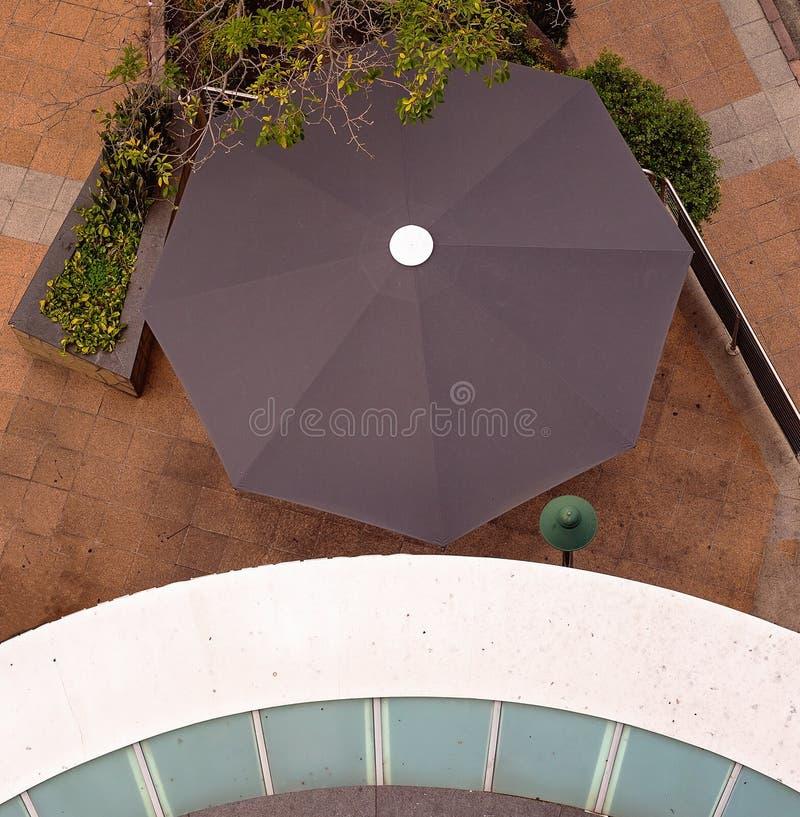 Να κοιτάξει κάτω επάνω στο στρογγυλές μπαλκόνι και την ομπρέλα στοκ φωτογραφίες με δικαίωμα ελεύθερης χρήσης